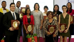 Vicepresidenta premia ciudadanos por labor voluntaria y solidaria
