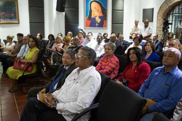 El Arq. Gustavo Lara, Director de la Cruz Roja Dominicana, y demás participantes del lanzamiento de la campaña.