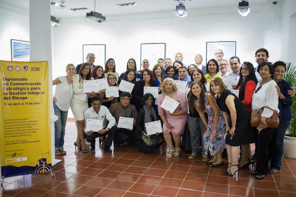 """Participantes del Diplomado en """"Comunicación Estratégica para la Gestión Integral del Riesgo"""" reciben sus diplomas."""