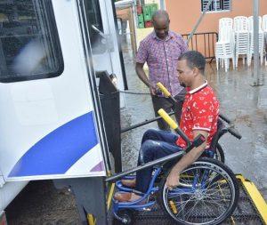 Fundación Cayena dona vehículo a discapacitados de Villa Altagracia